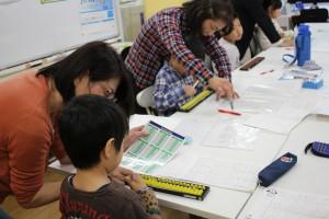掛け算が出来ない小学生は九九表を見ながら指を動かす